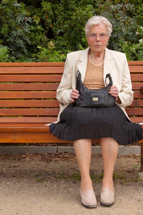 La mujer mayor en el parque fotos de archivo libres de regalías