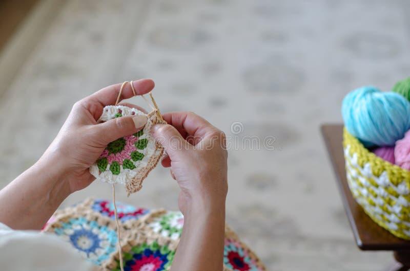 La mujer mayor est? haciendo punto el ganchillo fotografía de archivo libre de regalías