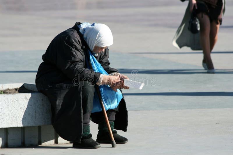 La mujer mayor pobre. foto de archivo