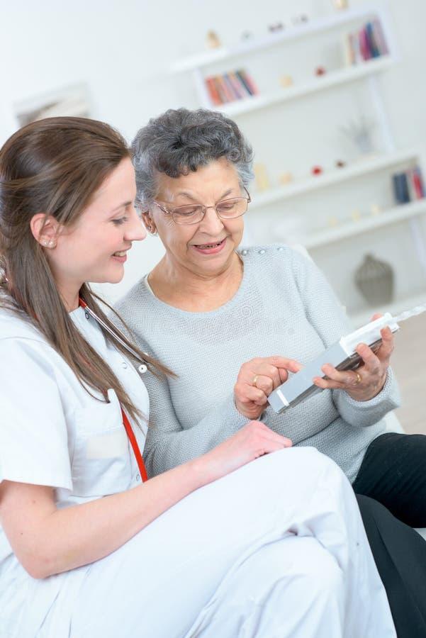 La mujer mayor que sostiene píldoras mientras que es médica controla fotos de archivo