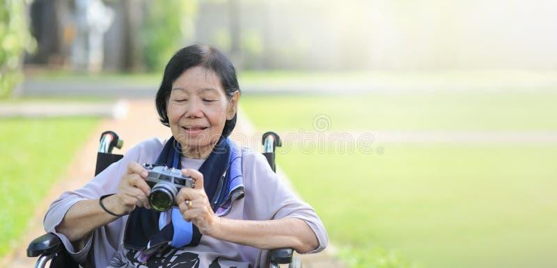 La mujer mayor se relaja con la afición en patio trasero imagen de archivo libre de regalías