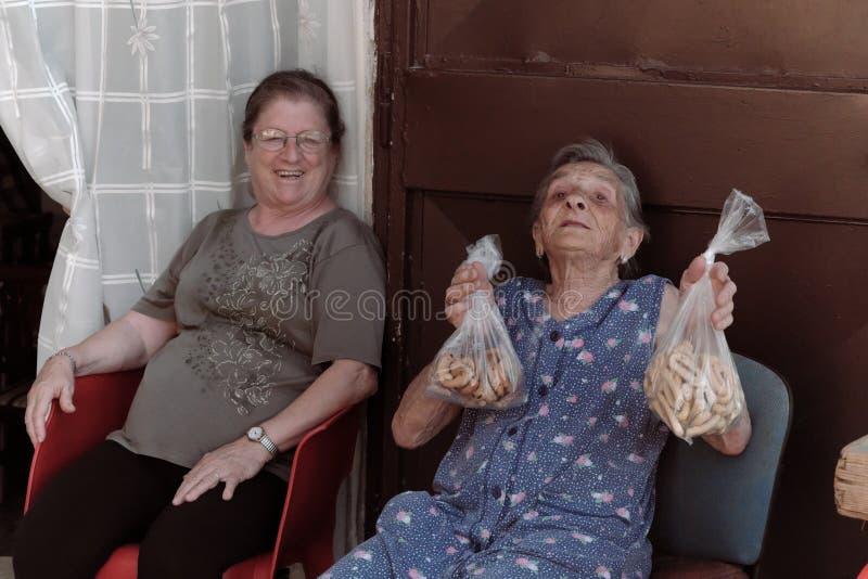 La mujer mayor vende las galletas hechas en casa en Bari Old Town, Italia foto de archivo