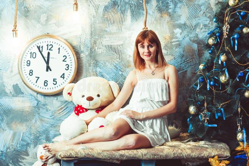 La mujer mira la Navidad fotos de archivo