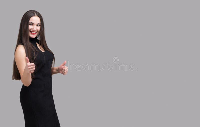 La mujer moderna hermosa con el pelo largo muestra la clase Copia del espacio fotografía de archivo libre de regalías