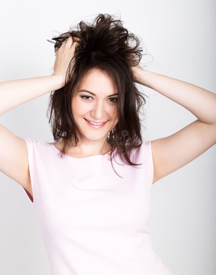 La mujer morena hermosa que rasga su pelo y parece chocada muchacha que liga concepto expresión de diversas emociones fotos de archivo libres de regalías