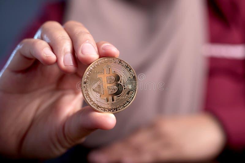 La mujer muestra Bitcoin físico Cryptocurrency imagen de archivo libre de regalías