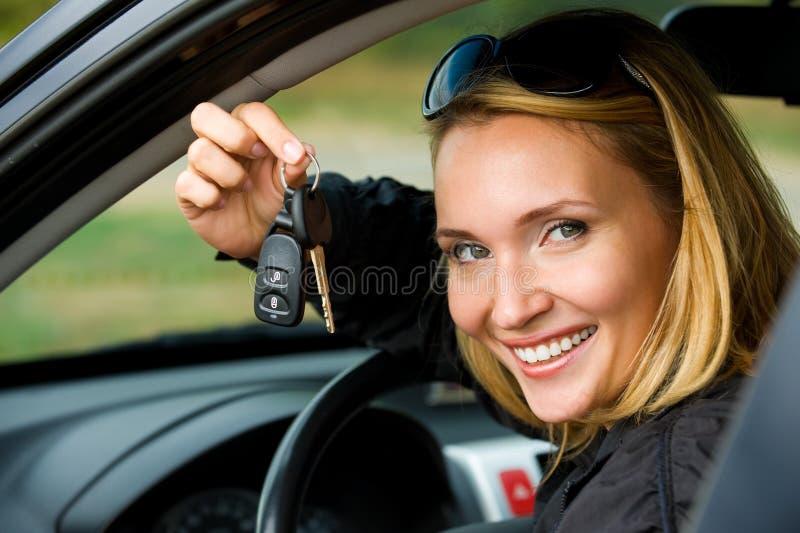 La mujer muestra claves del coche fotos de archivo libres de regalías