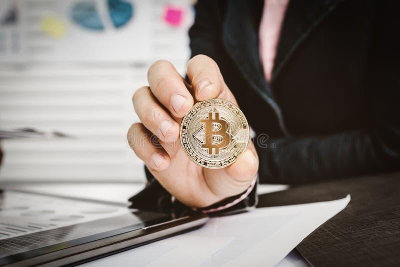 La mujer muestra a moneda del bitcoin moneda crypto fotos de archivo libres de regalías