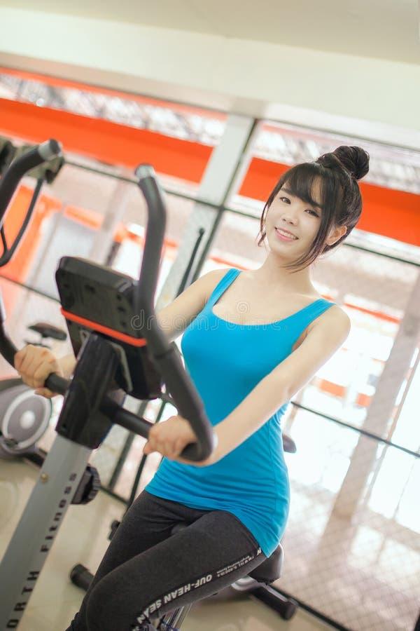 La mujer muscular hermosa del ajuste de la mujer que ejercita el edificio muscles fotos de archivo