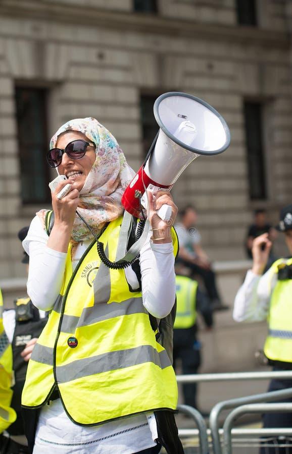 La mujer musulmán con el megáfono en la contador-versión parcial de programa del grupo de presión une contra fascismo en Whitehal fotos de archivo libres de regalías