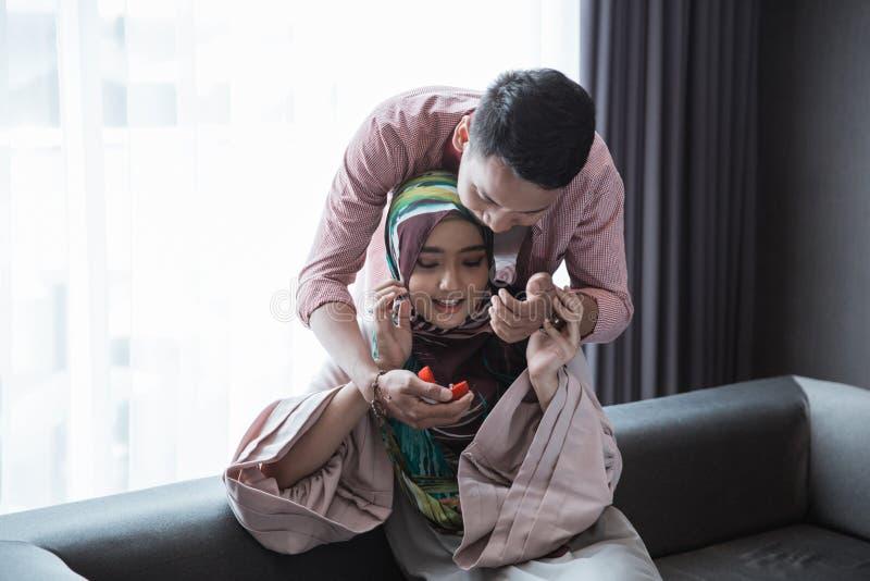 La mujer musulmán consigue un anillo imágenes de archivo libres de regalías