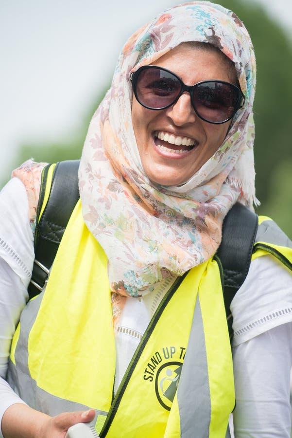 La mujer musulmán feliz en la contador-versión parcial de programa del grupo de presión une contra fascismo en Whitehall, Londres fotos de archivo