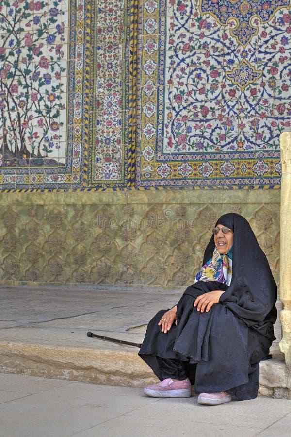 La mujer musulmán, llevando en ropa islámica, sienta el patio interno imagen de archivo libre de regalías