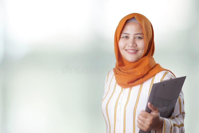 La mujer musulm?n sostiene el tablero imagen de archivo