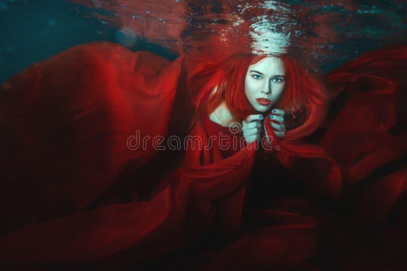 La mujer nada bajo el agua fotos de archivo
