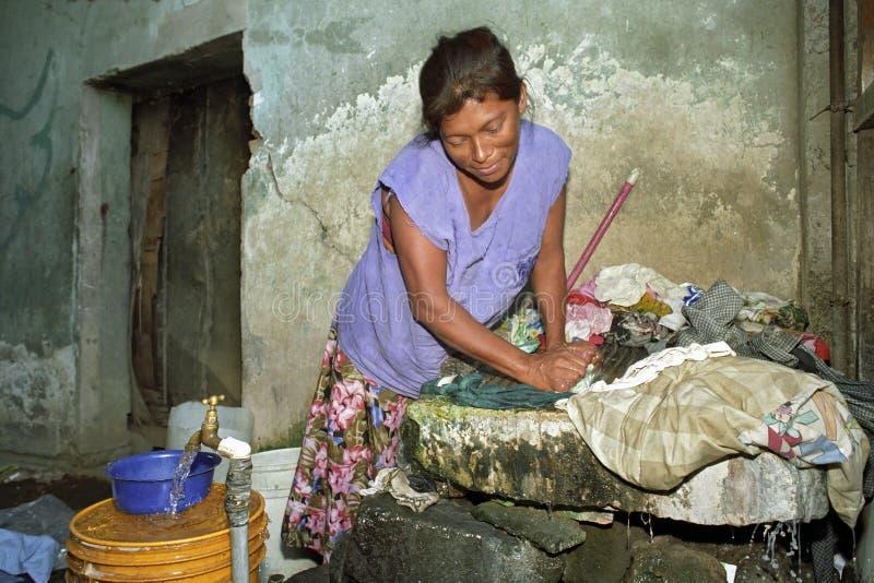 La mujer nicaragüense está lavando el lavadero imágenes de archivo libres de regalías