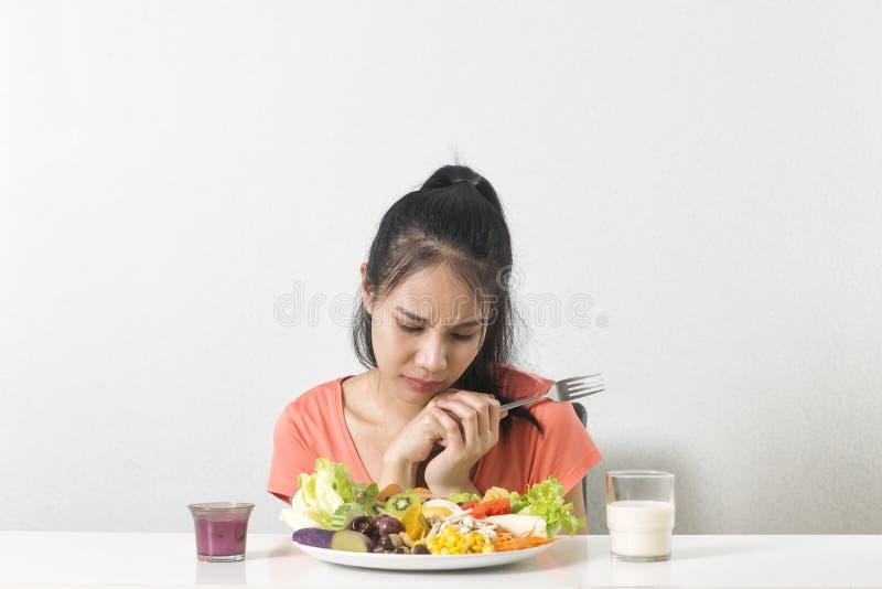 La mujer no le gusta la verdura La mujer infeliz no le gusta la comida sana imagen de archivo