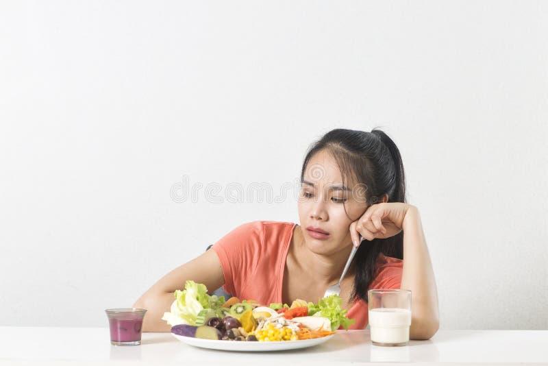 La mujer no le gusta la verdura La mujer infeliz no le gusta la comida sana fotografía de archivo