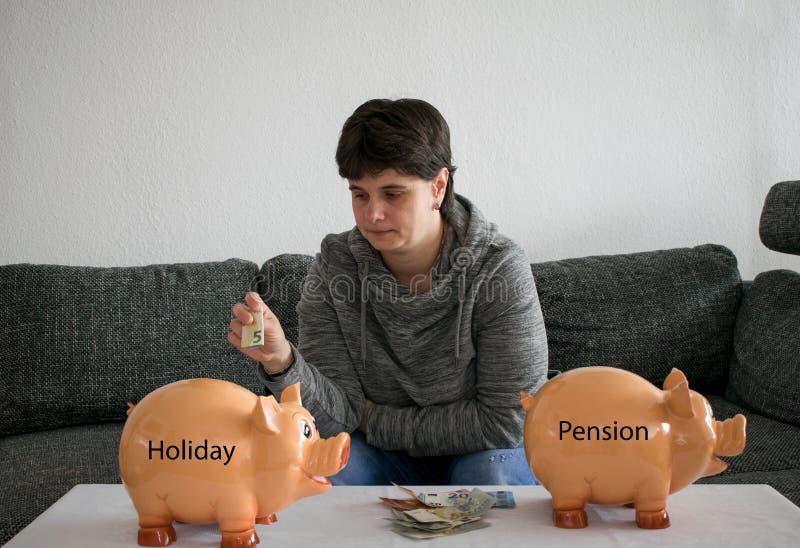 La mujer no puede decidir qué ahorrar, día de fiesta o la pensión fotos de archivo
