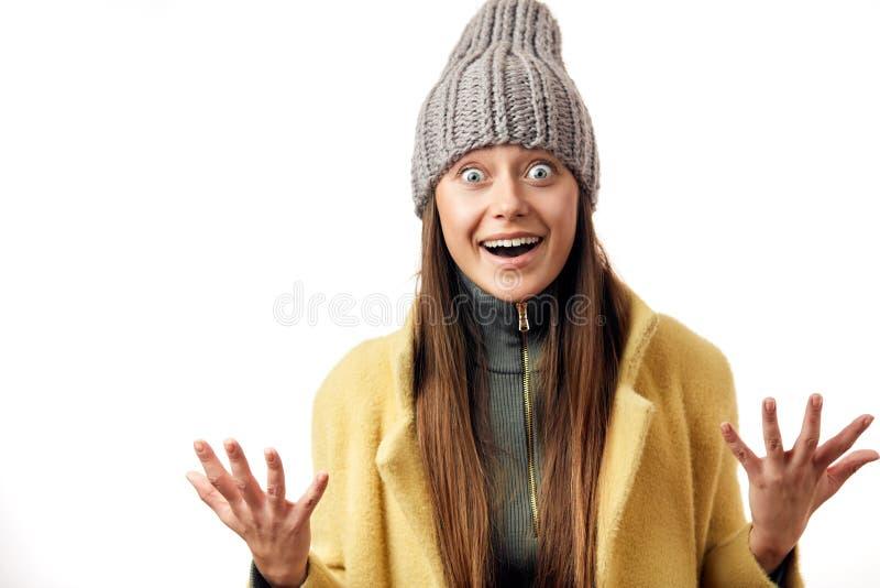 La mujer observada insecto hermoso expresa emociones felices, hace la sonrisa agradable amplia, vestir en abrigo caliente y sombr fotografía de archivo