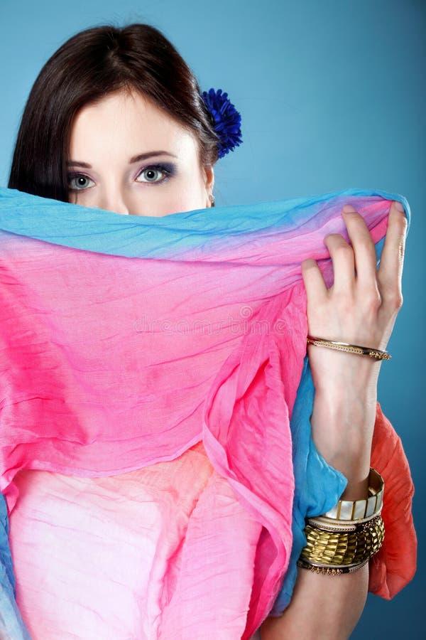 La mujer oculta su cara con el mantón foto de archivo