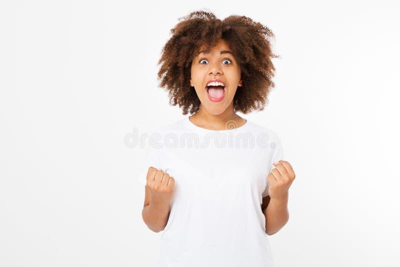 La mujer oscura joven feliz de la piel aislada en el fondo blanco en camiseta viste Copie el espacio Mofa para arriba Camiseta bl foto de archivo