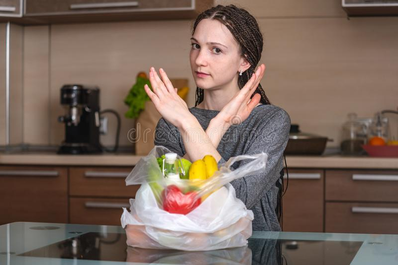 La mujer piensa eso para rechazar utilizar una bolsa de plástico para comprar productos Protección del medio ambiente y el aban foto de archivo