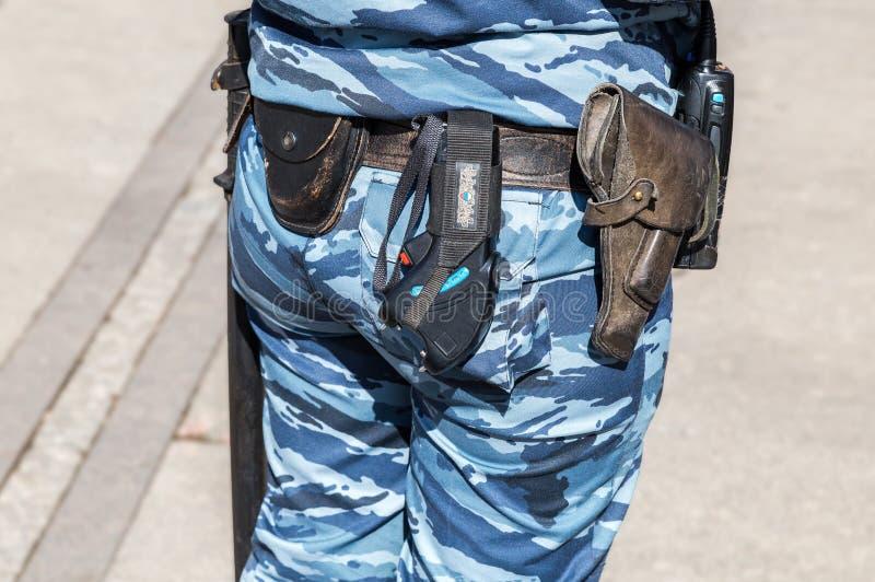La mujer policía rusa con la correa de arma, esposas dispara contra, shoker y HOL fotos de archivo libres de regalías