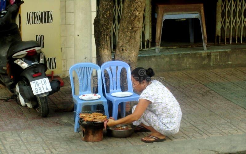 La mujer prepara la calle fotografía de archivo libre de regalías