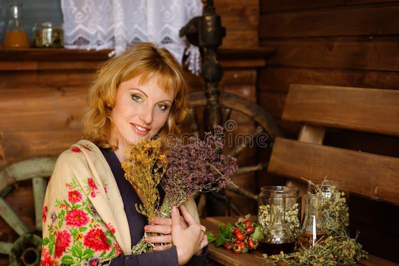 La mujer prepara las hierbas secas fotografía de archivo