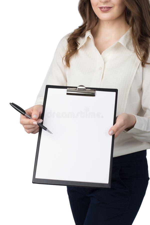 La mujer presenta el tablero en blanco foto de archivo libre de regalías