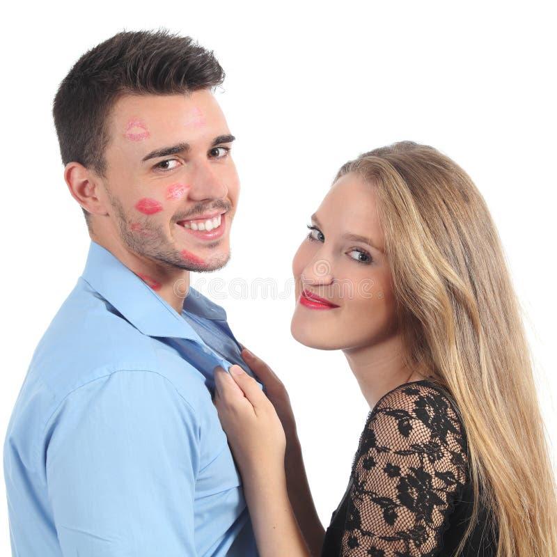 La mujer que ase a un hombre con mucho lápiz labial forma imágenes de archivo libres de regalías