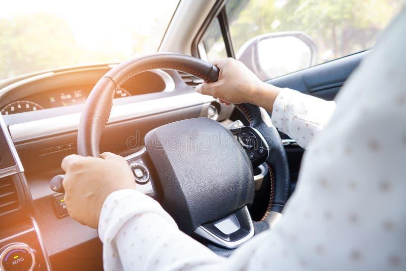La mujer que conduce el coche adentro disfruta de vida del retiro del día de fiesta fotos de archivo libres de regalías