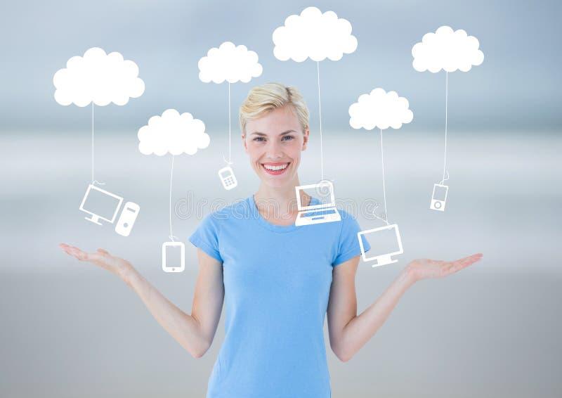 La mujer que elige o que decide se nubla tecnología de la ejecución con las manos abiertas de la palma imagen de archivo libre de regalías