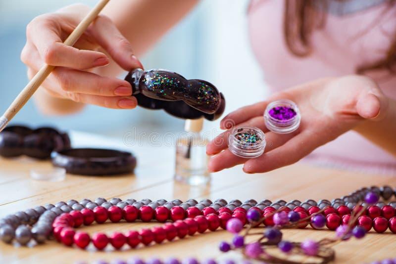 La mujer que hace la joyería en casa imágenes de archivo libres de regalías