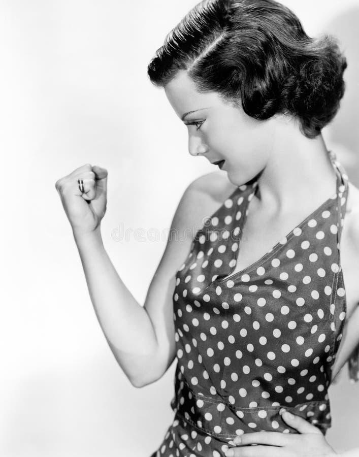 La mujer que la comprobaba hacia fuera dobló el músculo (todas las personas representadas no son vivas más largo y ningún estado  imagenes de archivo