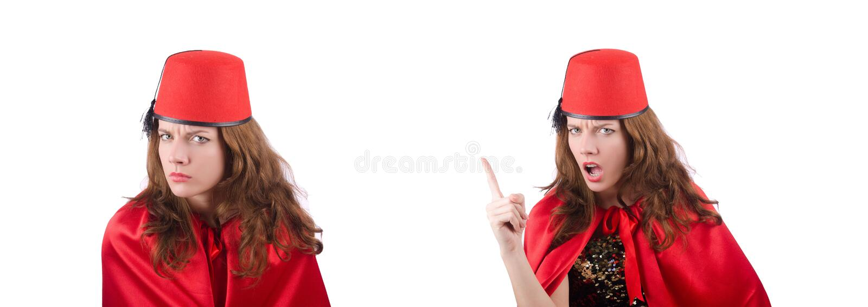 La mujer que lleva el sombrero de Fes aislado en blanco imagen de archivo