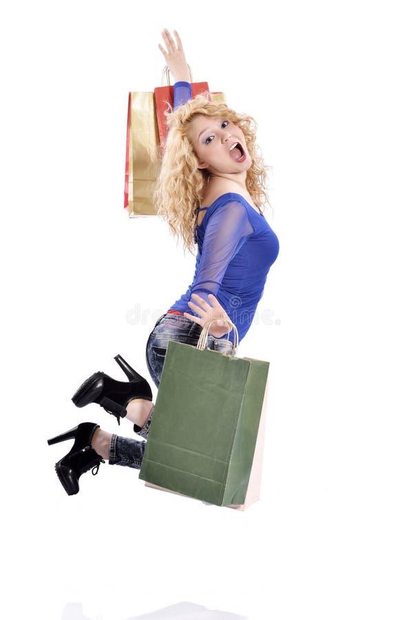La mujer que salta con los panieres - copyspace foto de archivo