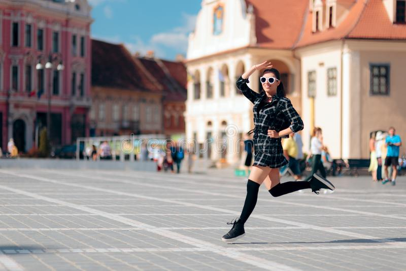 La mujer que salta con la mochila el vacaciones de verano foto de archivo libre de regalías
