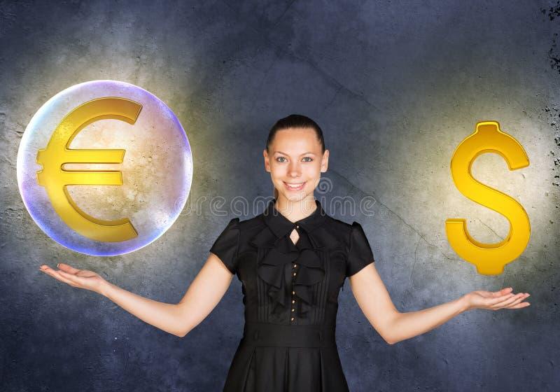 La mujer que se considera euro firma adentro la burbuja y el dólar fotos de archivo