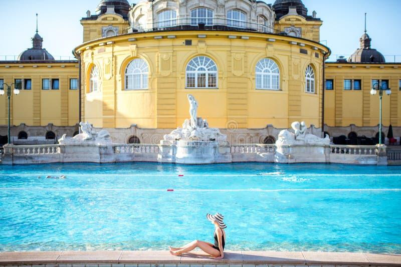La mujer que se relaja en la termal se baña en Budapest imagenes de archivo