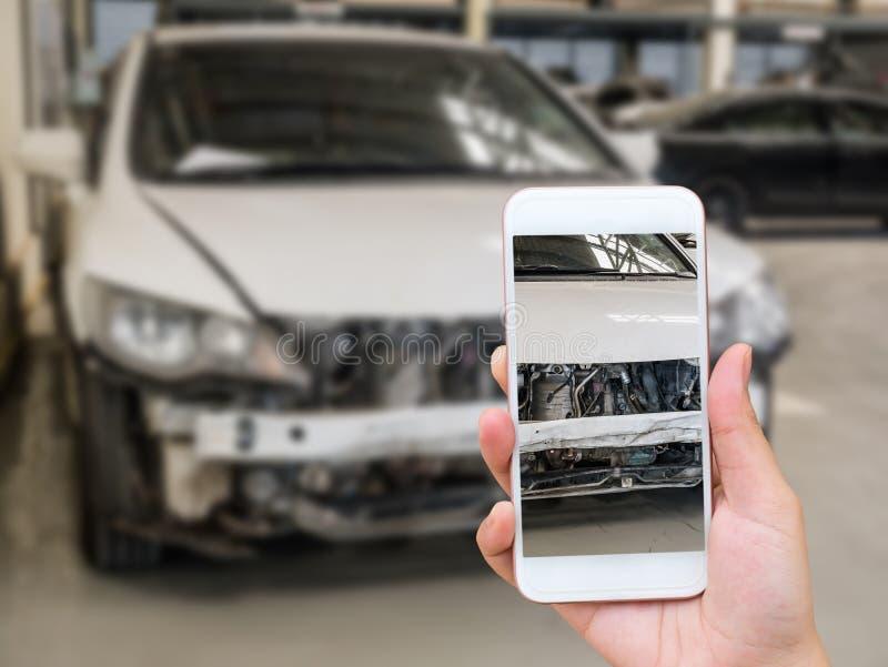 La mujer que sostiene smartphone y toma la foto del accidente de tráfico fotos de archivo libres de regalías