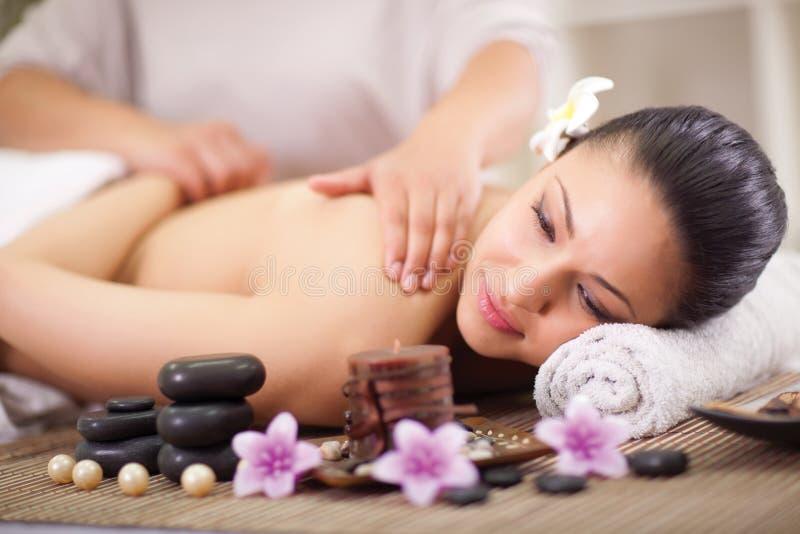 La mujer que tiene una salud detrás da masajes fotos de archivo