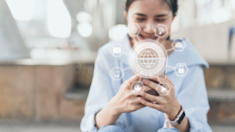 La mujer que usa smartphone y la demostración firman el icono de la tecnología foto de archivo libre de regalías