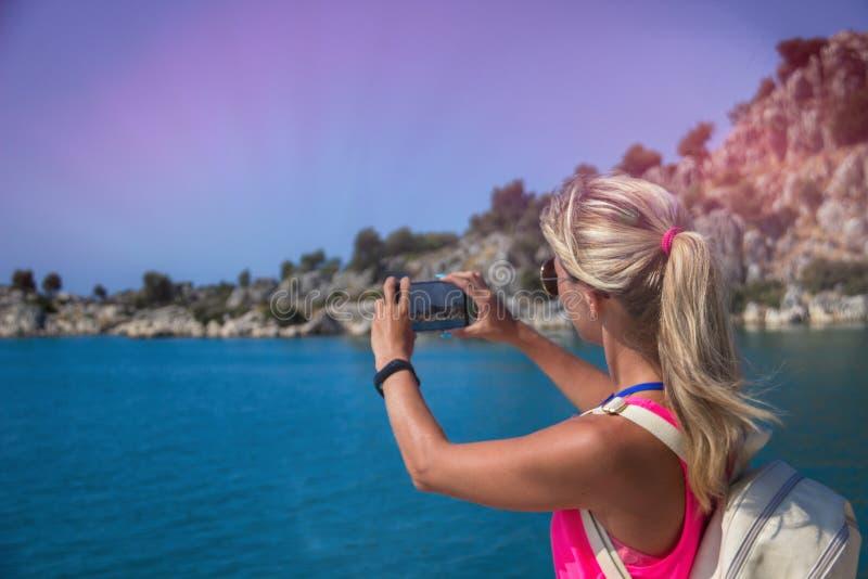 La mujer que viaja toma un Mountain View de la foto, concepto del viaje imágenes de archivo libres de regalías