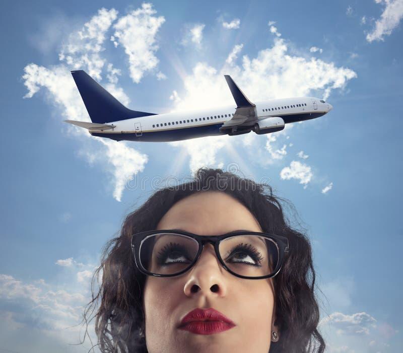 La mujer quiere tomar una rotura de su trabajo para un viaje del aeroplano imagenes de archivo