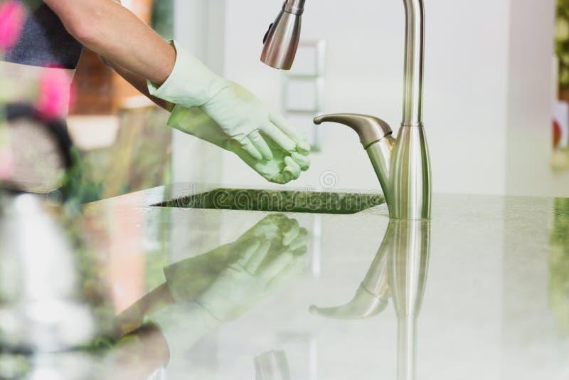 La mujer quita guantes de goma verdes fotografía de archivo libre de regalías