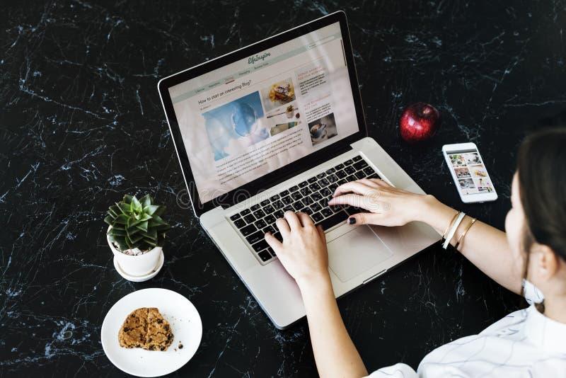 La mujer relaja concepto de conexión del sitio web imagen de archivo