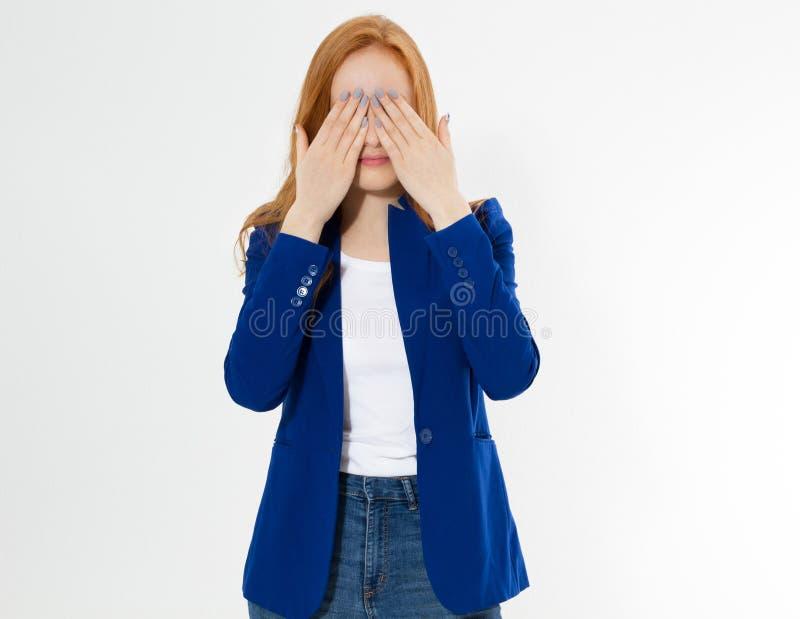 La mujer roja bonita del pelo que cubre su cara con ambas manos, muchacha europea joven en traje azul marino oculta su cara, foto fotografía de archivo libre de regalías