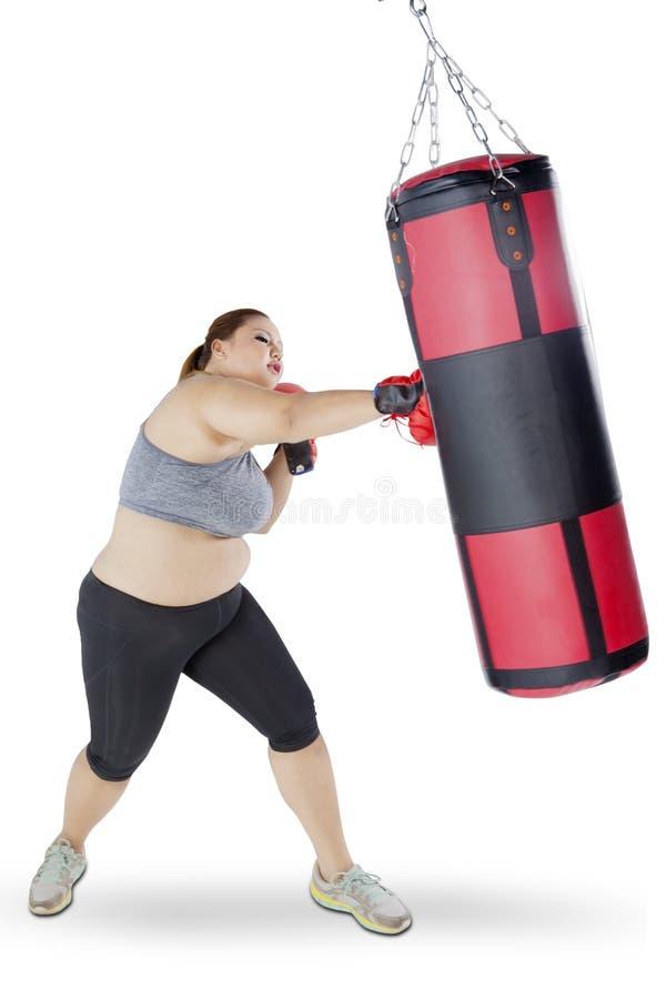 La mujer rubia ejercita el boxeo imagen de archivo libre de regalías